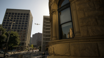 Art museum in the foreground, an airplane descends through San Jose's downtown (photo: P.M. Lydon | sociecity)