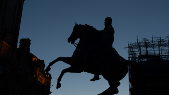 Statue at dusk in Edinburgh, Scotland (photo: P.M. Lydon | sociecity)