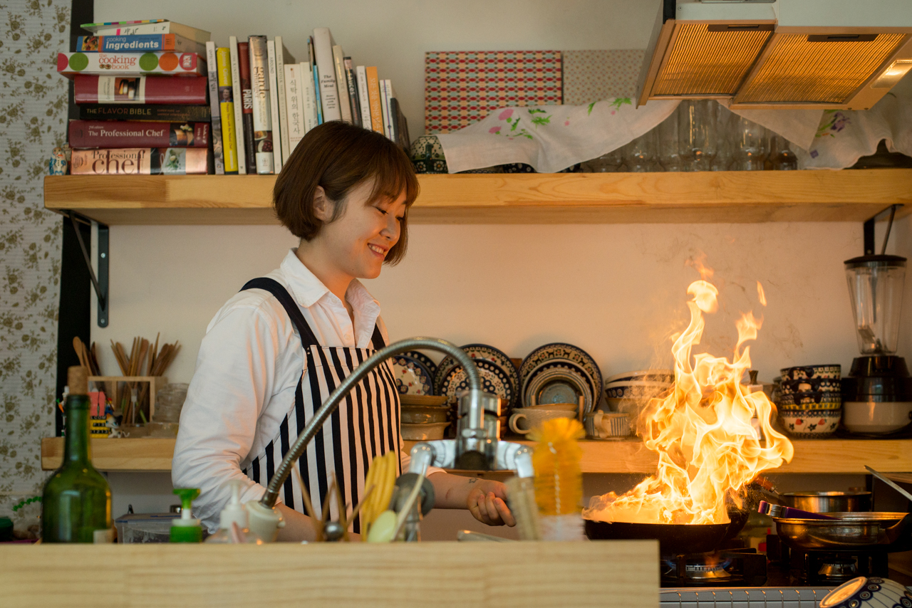 Ga Young cooking dinner at Goldfish restaurant in the Mangwon neighborhood of Seoul, Korea (photo: P.M. Lydon | CC CY-SA)